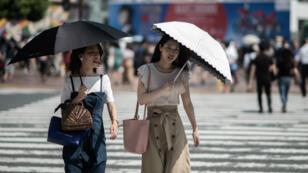 Des Japonaises se protègent de la chaleur, le 24 juillet 2018.