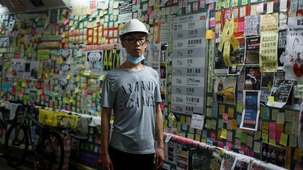 Jason Tse, nativo de Hong Kong y residente australiano, en un túnel adornado con notas de protesta, conocido como Muros de Lennon, en Hong Kong, el diez de agosto de 2019.