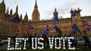 Manifestantes en contra del Brexit protestan fuera del Parlamento británico en Londres, Reino Unido, el 27 de marzo de 2019.