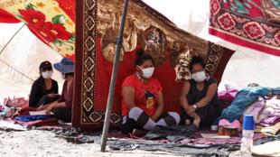 بوليفيات عالقات في تشيلي في 1 أبريل/نيسان بعدما أغلقت بلادهم حدودها في إطار جهود احتواء فيروس كورونا.