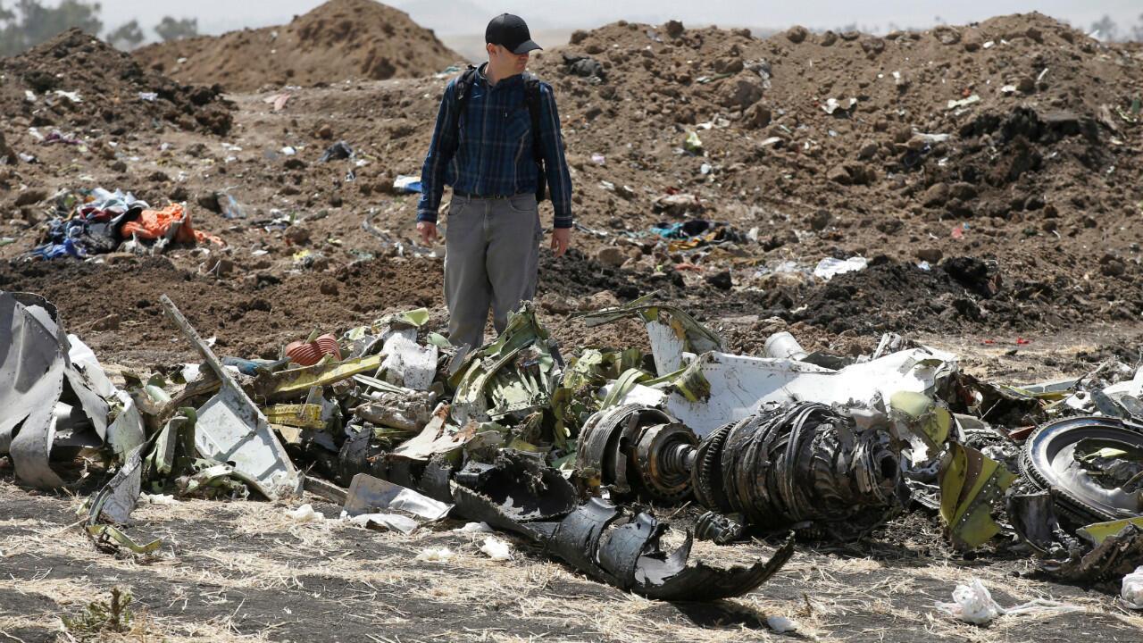 Un enquêteur américain au milieu des débris de l'appareil écrasé, près d'Addis-Abeba.