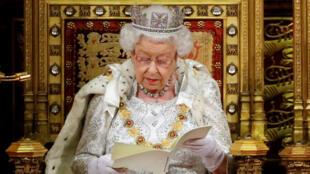 La reina Isabel II lee el discurso de apertura del Parlamento Británico en la Cámara de los Lores en el Palacio de Westminster en Londres, Reino Unido, el 14 de octubre de 2019.