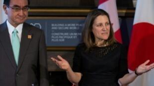 وزيرة خارجية كندا كريستيا فريلاند مع نظيرها الياباني تارو كونو خلال لقاء عقد في تورنتو قبيل اجتماع لوزراء خارجية مجموعة السبع السبت 21 نيسان/ابريل 2018