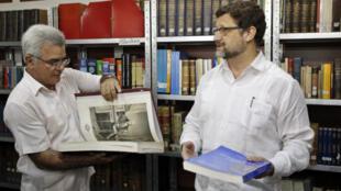 El embajador de España en Cuba, Juan José Buitrago (d), conversa con el director del Instituto de Historia de Cuba, René González Barrios (i), mientras participan en un acto de donación del Instituto de Historia y Cultura Militar del Ejército de España, el 17 de octubre en La Habana.