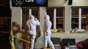 الشرطة تحقق في موقع الهجوم في مقهى في بازل شمال غرب سويسرا في 10 آذار/مارس 2017