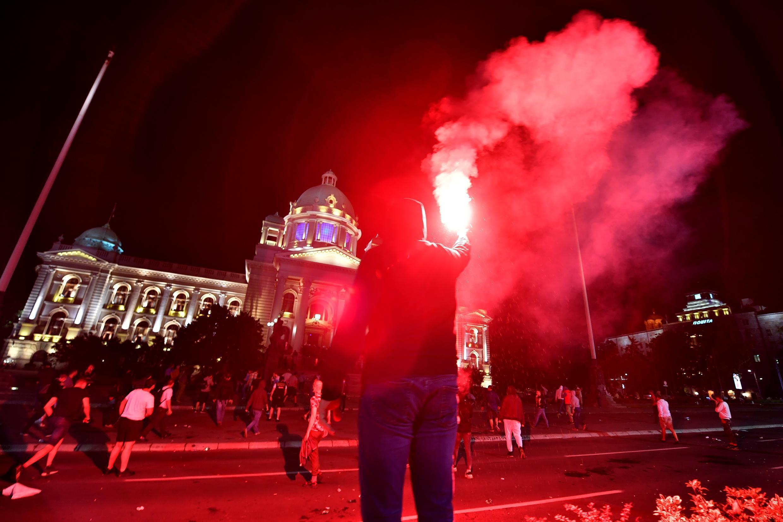 Heurts entre policiers et manifestants devant l'Assemblée nationale en Serbie, le 7 juillet 2020.