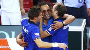 L'entraîneur de l'équipe de France de tennis Yannick Noah avec Nicolas Mahut et Julien Benneteau après la victoire en quarts de fniale de la coupe Davis, le 8 avril 2017.