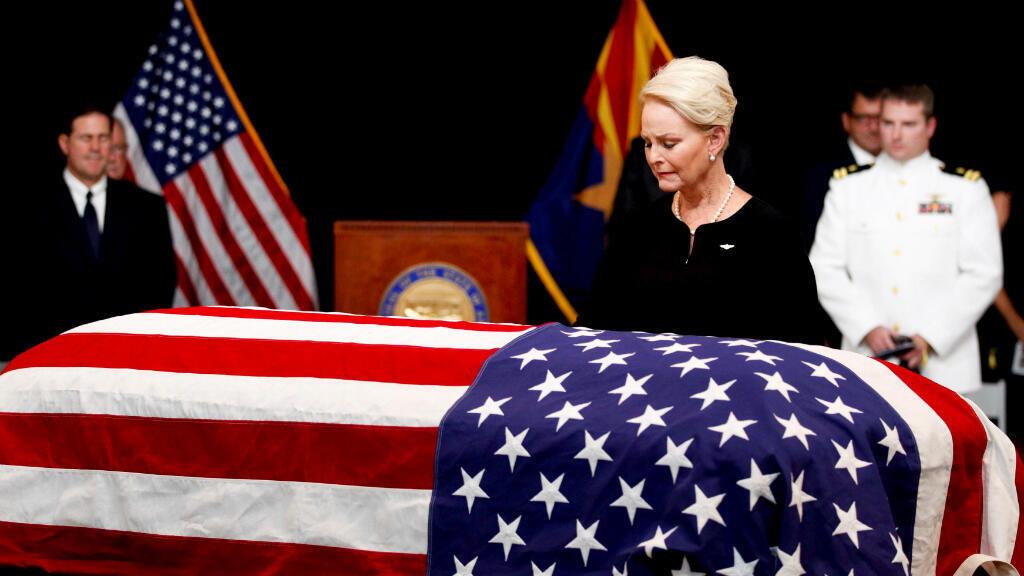 Cindy McCain, esposa del senador republicano John McCain, de Arizona, mira el ataúd durante un servicio conmemorativo en el Capitolio de Arizona. 29 de agosto de 2018.