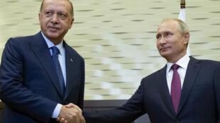 Poignée de main échangée entre les présidents Erdogan (à gauche) et Poutine le 17 septembre 2018.