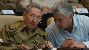 Photo d'archives datant du 8 juillet 2016, montrant Raul Castro aux côtés de Miguel Diaz-Canel au Parlement cubain, à La Havane