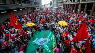 Des syndicalistes et partisans du Parti des travailleurs manifestent le 31 mars 2016 à Porto Alegre en soutien à la présidente Dilma Rousseff.