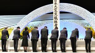 Algunos familiares de las víctimas del tsunami y desastre nuclear de Fukushima, Japón, participan en una ceremonia, 8 años después de la tragedia, el 11 de marzo de 2019, en Tokio.