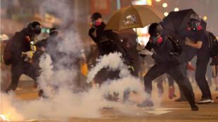Manifestantes y policías chocan durante la protesta del 27 de octubre de 2019, en Kowloon, Hong Kong.