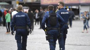 Les policiers patrouillent sur la place du marché à Turku, ville de Finlande où a eu lieu l'attaque au couteau vendredi.