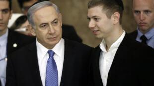 صورة من الارشيف لرئيس الوزراء الإسرائيلي بنيامين نتانياهو ونجله يائير في القدس بتاريخ 18 آذار/مارس 2015