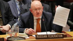 El embajador ruso ante la ONU, Vassily Nebenzia, sostiene un documento durante su intervención en la reunión del Consejo de Seguridad de la ONU en Nueva York, el 5 de abril de 2018.