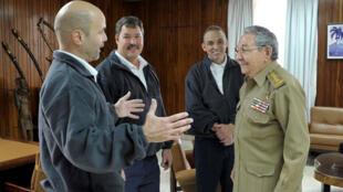 Le président cubain  Raul Castro (à droite) reçoit Gerardo Hernandez (gauche), Ramon Labanino (centre) et Antonio Guerrero, le 17 novembre  2014 à La Havane.