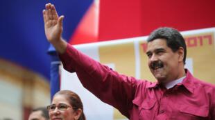 El presidente de Venezuela, Nicolás Maduro, saluda a sus seguidores desde el Palacio de Miraflores en Caracas Venezuela.