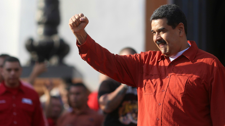 El presidente de Venezuela, Nicolás Maduro, aprieta el puño durante una manifestación con partidarios en Caracas, el 5 de abril de 2018.