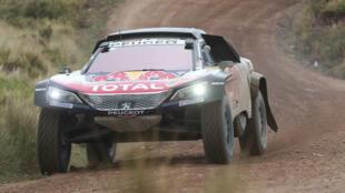 El piloto español Carlos Sainz compite durante la sexta etapa del Rally Dakar 2018 en la región de Guaqui (Bolivia), el jueves 11 de enero de 2018.