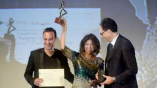 التونسية كوثر بن هنية مع جائزة التانيت الذهبي في مهرجان قرطاج السينمائي، 5 تشرين الثاني/نوفمبر 2016
