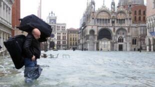منسوب المياه وصل إلى مستوى قياسي في مدينة البندقية شمال البلاد بسبب الأمطار الغزيرة