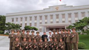 صورة التقطت في 26 تموز/يوليو 2020 تظهر الكوري الشمالي كيم جونغ أون وحوله جنرالات من جيشه خلال الاحتفال بالذكرى الـ67 لوقف إطلاق النار في شبه الجزيرة الكورية