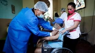 Un anciano del Hogar de Ancianos Santo Domingo recibe la vacuna contra el Covid-19, este sábado 10 de abril, en Asunción, Paraguay.