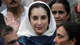 Benazir Bhutto salue la foule à l'extérieur de son domicile à Islamabad, le 9 novembre 2007.
