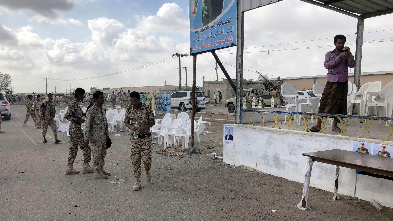 Oficiales del Ejército yemení inspeccionan el lugar donde ocurrió el ataque, en la ciudad de Adén. 10 de enero de 2019.