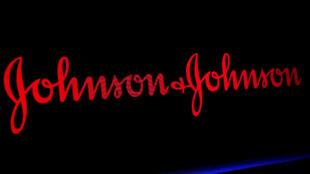 Archivo-El logotipo de Johnson & Johnson se muestra en una pantalla, en la Bolsa de valores de Nueva York, EE. UU., el 29 de mayo de 2019.