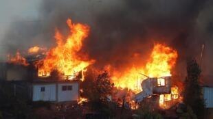 الحرائق تجتاح مدينة فالباريزو التشيلية، 24 كانون الأول/ديسمبر 2019.