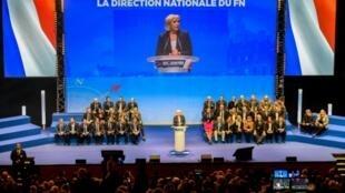 """مارين لوبان في مؤتمر حزبها """"الجبهة الوطنية"""" اليميني المتطرف في ليل 10 آذار/مارس 2018"""
