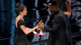 الممثل الأمريكي ماهيرشالا علي أول مسلم يفوز بإحدى جوائز الأوسكار في الفئات الرئيسية