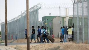 """مهاجرون أفارقة يغادرون مركز """"هولوت"""" في 25 آب/أغسطس 2015"""