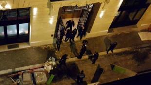 La policía de París evalúa los daños en las joyerías del primer piso del hotel Ritz.