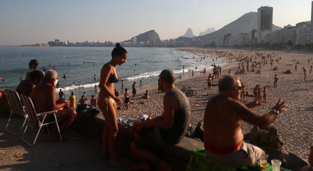 Decenas de personas disfrutan de un día de playa, en medio del brote de la propagación del Covid-19, en Río de Janeiro, Brasil, el 13 de junio de 2020.
