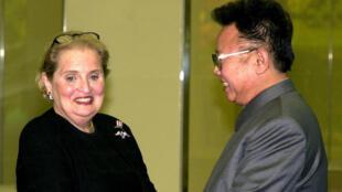 En octobre 2000, la secrétaire d'État Madeleine Albright rencontre Kim Jong Il à Pyongyang.