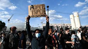 """مظاهرة في باريس للتنديد بـ""""عنف الشرطة ضد الأقليات"""" وللمطالبة بـ """"العدالة"""" للشاب الفرنسي آداما تراوري. 2 يونيو/حزيران 2020."""