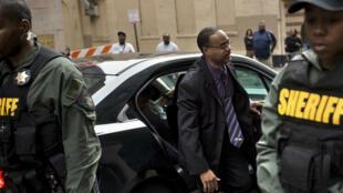 Caesar Goodson, l'un des policiers poursuivis dans l'affaire de la mort de Freddie Gray, arrive à son procès le 23 juin à Baltimore.