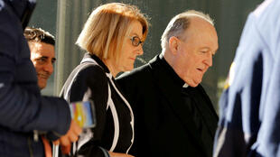 El exarzobispo Philip Wilson a su llegada a la Corte de Newcastle tras conocerse que podrá pagar su sentencia en prisión domiciliaria, el 13 de agosto de 2018.