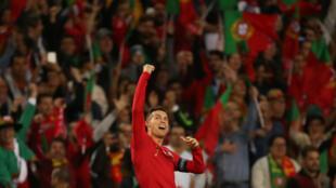 La star portugaise Cristiano Ronaldo célèbrant la victoire de son équipe en finale de Ligue des nations, à Porto le 9 juin 2019.