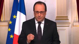 François Hollande adressant ses vœux de 2016 aux Français depuis le palais de l'Élysée.