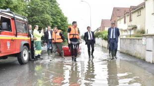 Le Premier ministre, Manuel Valls, à Crosne, dans l'Essonne, le 4 juin.