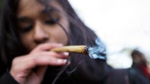 La gente fuma el día en que Canadá legaliza la marihuana recreativa en Montreal, Quebec, Canadá, el 17 de octubre de 2018.