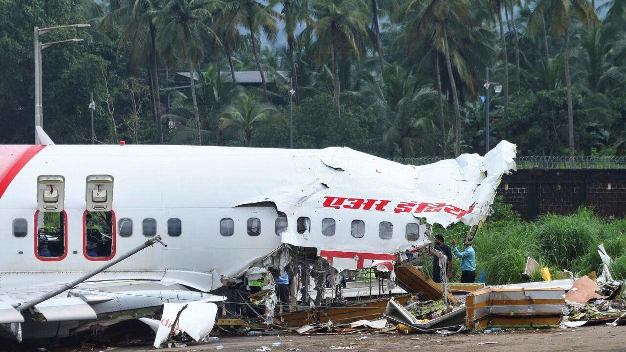 Las autoridades inspeccionan el sitio en el que se estrelló un avión de pasajeros cuando sobrepasó la pista del Aeropuerto Internacional de Kozhikod en Karipur, Kerala, India.