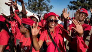Partidarios del líder de la alianza MDC y candidato de la oposición, Nelson Chamisa, en un acto de campaña, en Chitungwiza, Zimbabue, el 26 de julio de 2018.