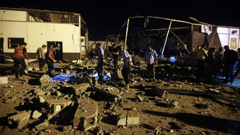 Los organismos de emergencia recuperan los cuerpos después de un ataque aéreo en el Centro de Detención Tajoura, al este de Trípoli, el 3 de julio de 2019.
