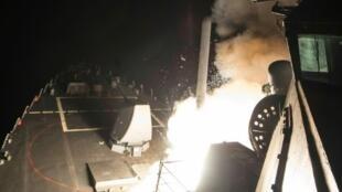 """صورة نشرتها البحرية الأمريكية لإطلاق صاروخ توماهوك من المدمرة """"يو أس أس بورتر"""" في 7 نيسان/أبريل 2017"""