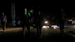 Miles de venezolanos caminaron en las calles de Caracas bajo la luz de los automóviles debido a las fallas en el servicio de energía eléctrica el 7 de marzo de 2019